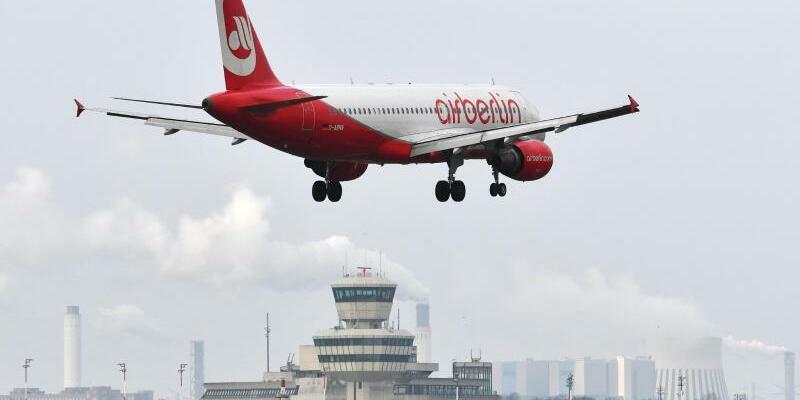 Flughafen Tegel - Foto: Ein Flugzeug von Air Berlin fliegt den Berliner Flughafen Tegel an. Foto:Paul Zinken