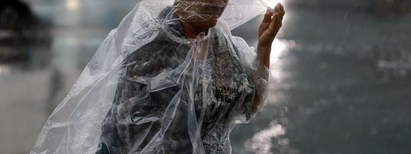 Eine Frau im Regencape - Foto: Kay Nietfeld