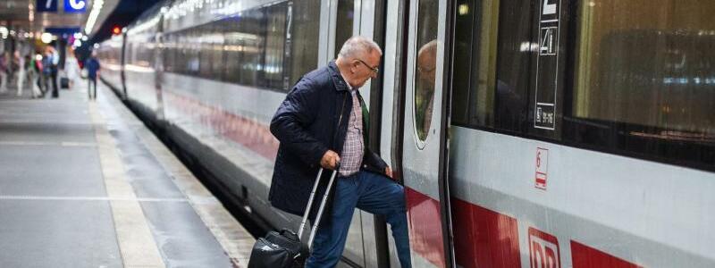 «Aufenthaltszug» - Foto: «Aufenthaltszug» - einBegriff, den Bahnreisende noch lernen müssen. Wegen des Unwetters stellte die Bahn Züge bereit, in denen gestrandete Fahrgäste warten konnten. Foto:Silas Stein