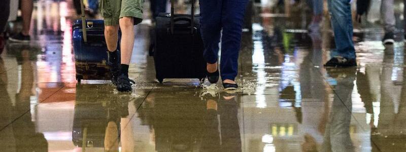 Hauptbahnhof in Hannover - Foto: Drinnen ist das neue Draußen:Reisende im überschwemmten Hauptbahnhof von Hannover. Foto:Silas Stein