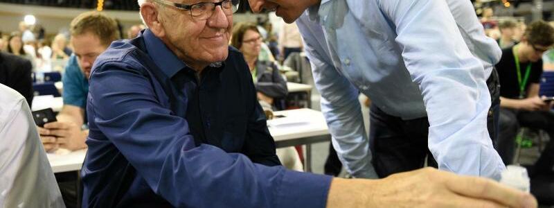 Kretschmann und Özdemir - Foto: Hoffentlich diesmal ohne Lauschangriff:Cem Özdemir und Winfried Kretschmann, Ministerpräsident von Baden-Württemberg, unterhalten sich beim Grünen-Bundesparteitag. Foto:Rainer Jensen