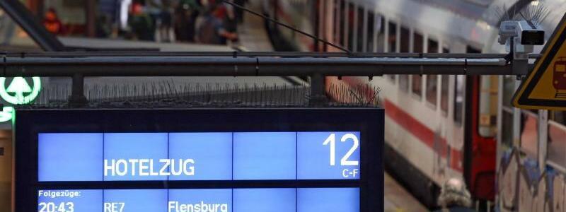Hotelzug - Foto: Ein Hotelzug steht amHamburger Hauptbahnhof für gestrandete Reisende bereit, die aufgrund der Wetterlage nicht weiterreisen konnten. Foto:Bodo Marks