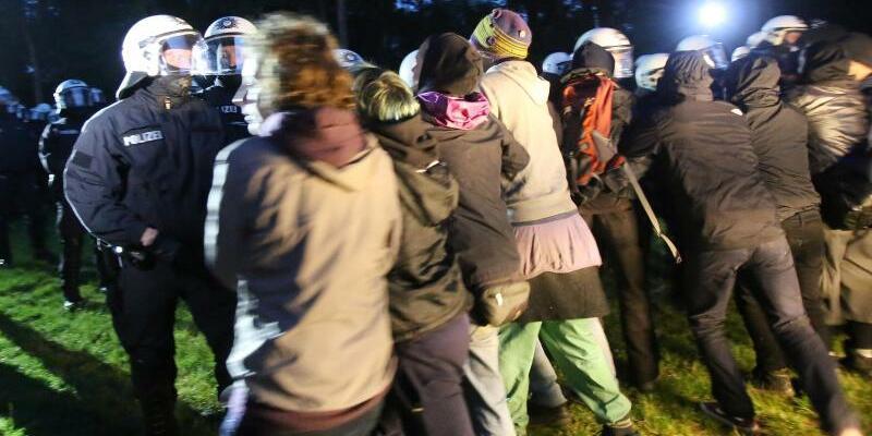 Konfrontation - Foto: Polizisten rangeln mit Campteilnehmern. Foto:Bodo Marks