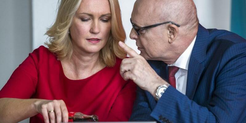SPD-Sonderparteitag - Foto: Manuela Schwesig und der bisherige Regierungschef von Mecklenburg-Vorpommern, Erwin Sellering, bei einem SPD-Sonderparteitag. Foto:Jens Büttner