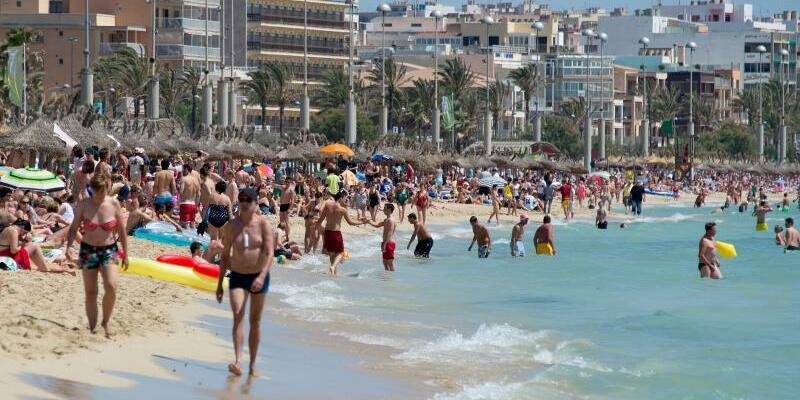 Urlauber am Strand von Arenal - Foto: Julian Stratenschulte/Archiv