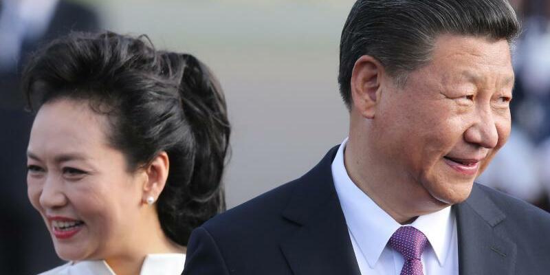 Ankunft in Berlin - Foto: Chinas Staatspräsident Xi Jinping und seine Frau Peng Liyuan bei der Ankunft am Flughafen Tegel. Foto:Wolfgang Kumm
