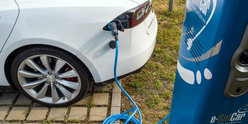 Elektroauto - Foto: Ein Elektrofahrzeug der Marke «Tesla» vom Typ «Model S» an einer Stromtankstelle in Cottbus aufgeladen. Foto:Patrick Pleul