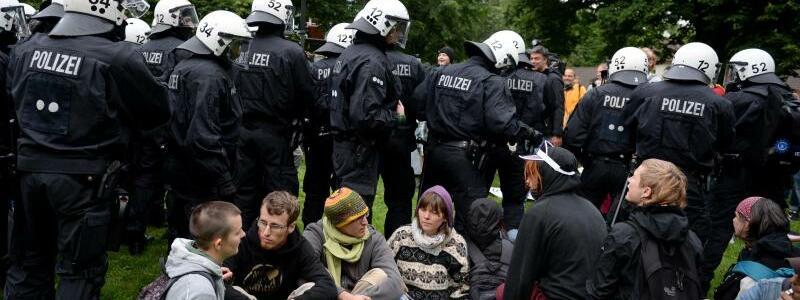 Polizisten räumen das Camp - Foto: Daniel Reinhardt
