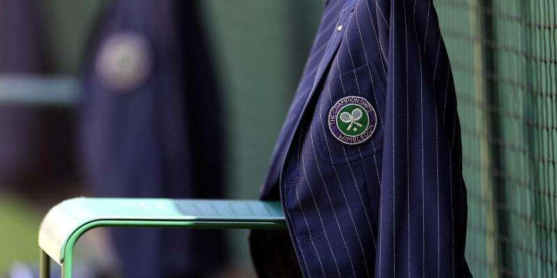 Wimbledon - Foto: Die Jacke eines Linienrichters hängt im The All England Lawn Tennis and Croquet Club über einer Stuhllehne. Foto:Steven Paston