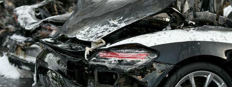 Ausgebrannte Fahrzeuge - Foto: Axel Heimken