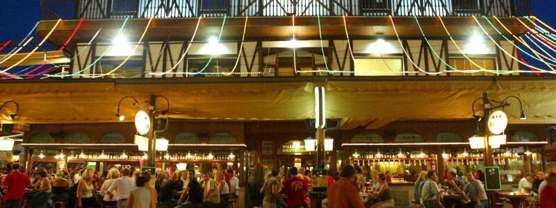 Bierkönig auf Mallorca - Foto: Partygäste vor dem Bierkönig auf Mallorca. Bei einem Auftritt in dem Lokal war vor einem Monat von Männern im Publikum eine Reichskriegsflagge enthüllt worden, worauf die Veranstaltung unterbrochen wurde. Foto:Jens Wolf