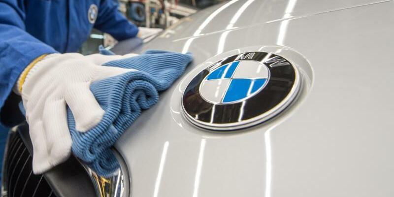 BMW-Werk Regensburg - Foto: Endkontrolle im BMW-Werk in Regensburg. foto: Armin Weigel/Archiv