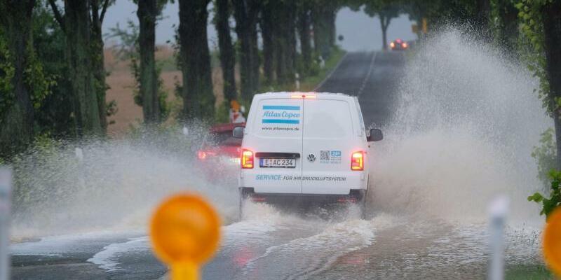 Überflutete Straße in Springe - Foto: Peter Steffen