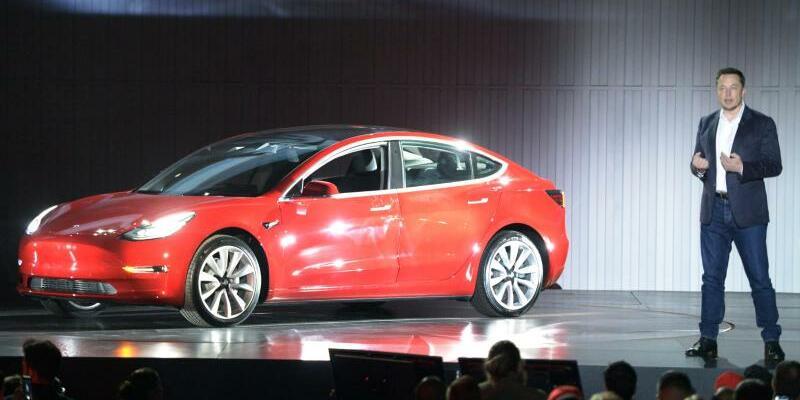 Tesla Model 3 - Foto: Andrej Sokolow/dpa