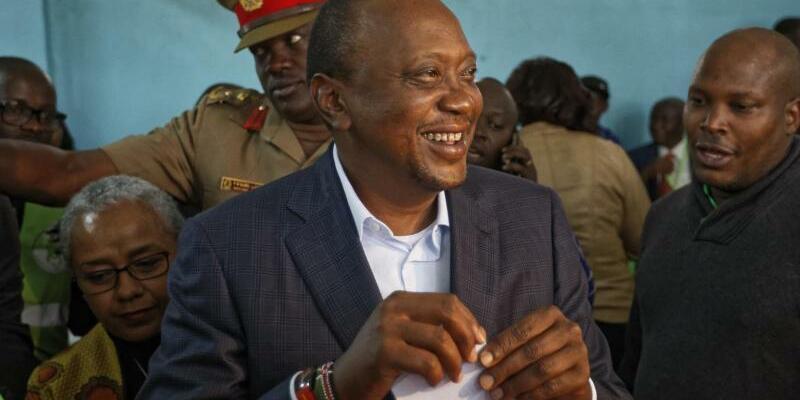 Uhuru Kenyatta - Foto: Bester Laune:Kenias Präsident Uhuru Kenyatta bei der Stimmabgabe am 8.August. Foto:Ben Curtis