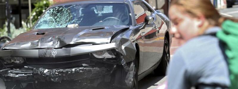 Tatfahrzeug - Foto: Das Tatfahrzeug dreht um, nachdem es in eine Gruppe vonGegendemonstranten gefahren war. Foto:Ryan M. Kelly/The Daily Progress