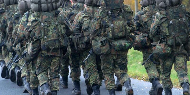 Soldaten - Foto: Marschierende Soldaten in der Grundausbildung. Missbrauch leistungssteigernder Mittel in der Bundeswehr ist bereits seit längerem als Problem bekannt. Foto:Stefan Sauer/Symbolbild