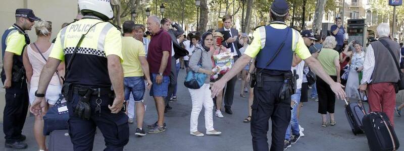 Verängstigte Passanten - Foto: Verängstigte Passanten in Barcelona. Foto:Manu Fernandez