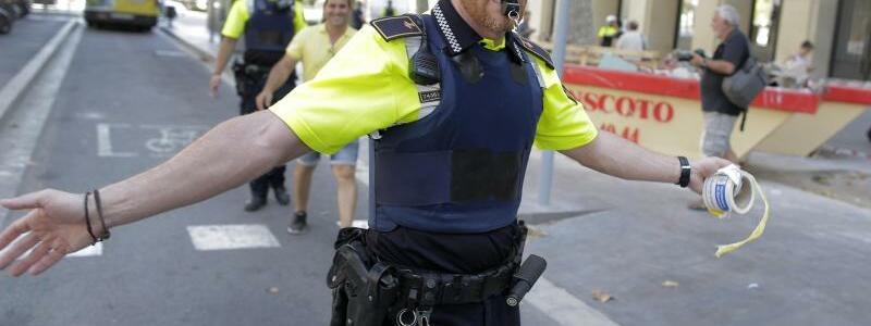 Barcelona - Foto: Ein Polizist sperrt in Barcelona eine Straße ab, nachdem ein Lieferwagen auf einer belebten Einkaufstraße in eine Menschenmenge gerast ist. Foto:Manu Fernandez