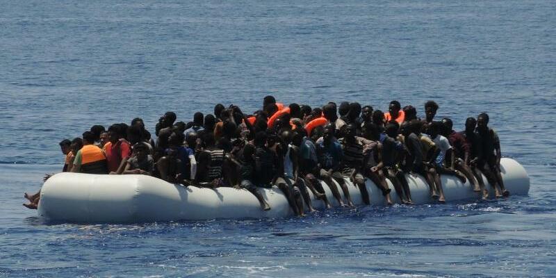 Migranten auf überladenem Schlauchboot - Foto: Lena Klimkeit/Archiv