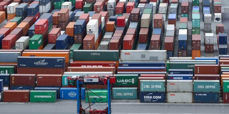 Containerumschlag in Hamburg - Foto: Christian Charisius/Symbolbild