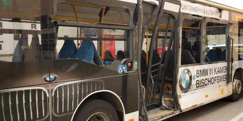 Sattelzug kollidiert mit Bus - Foto: Jonny Linke