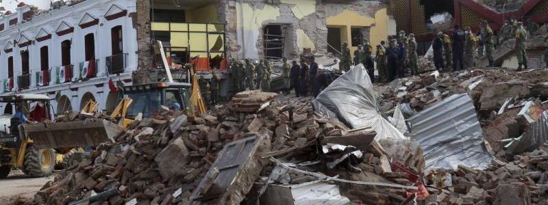 Juchitan - Foto: Soldaten entfernen Schutt von einem teilweise zusammengebrochenen Gebäude in Juchitan in Oaxaca. Foto:Luis Alberto Cruz