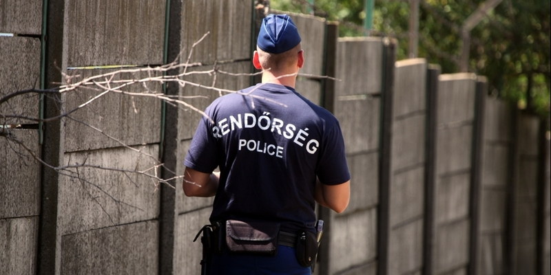 Ungarische Polizei an einer Mauer mit Stacheldraht - Foto: über dts Nachrichtenagentur