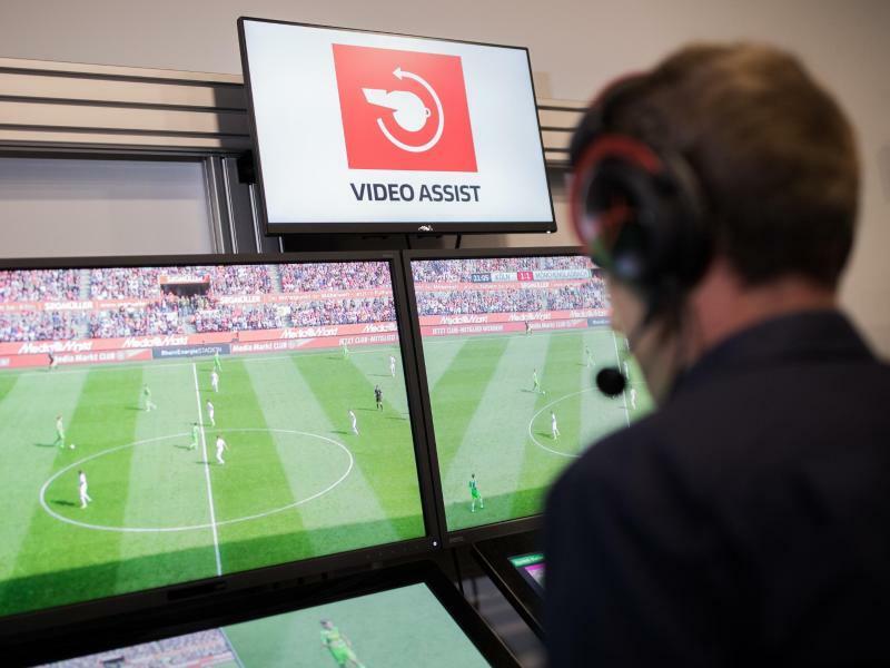 Videoassistcenter für die Bundesliga - Foto: Ein Videoassistcenter für Fußballspiele in Köln. Foto:Rolf Vennenbernd/Archiv