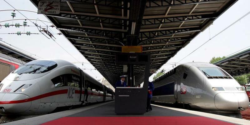ICE und TGV - Foto: Ein deutscher ICE (l) und ein französischer Hochgeschwindigkeitszug TGV an einem Bahnsteig im Bahnhof Gare de l'Est in Paris. Der Elektrokonzern Siemens hat sich auf die Zusammenlegung seines Zuggeschäftes mit dem französischen Konkurrenten Alstom geeinig
