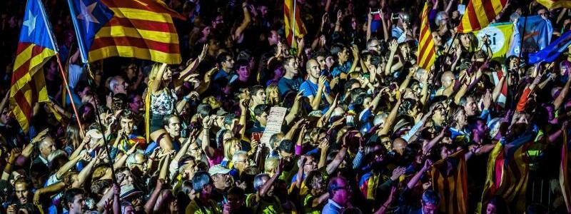 Katalanen schwenken Fahnen - Foto: Matthias Oesterle