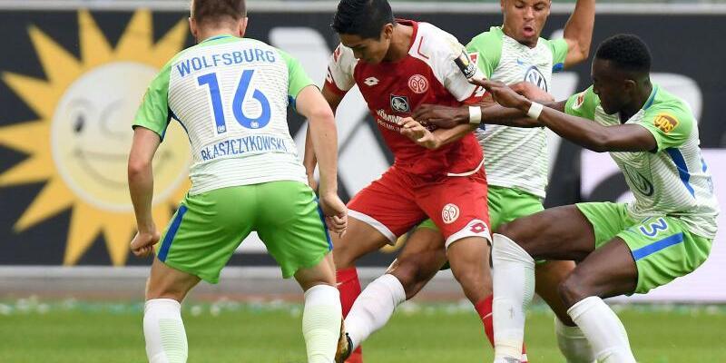 VfL Wolfsburg - 1. FSV Mainz 05 - Foto: Die Wolfsburger Jakub Blaszczykowski (l), Marcel Tisserand (2.v.r) und Josuha Guilavogui (r) nehmen den Mainzer Yoshinori Muto in die Zange. Foto:Peter Steffen