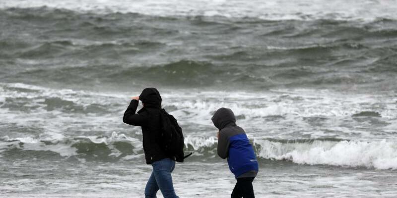 Regen und Wind an der Ostsee - Foto: Bernd Wüstneck