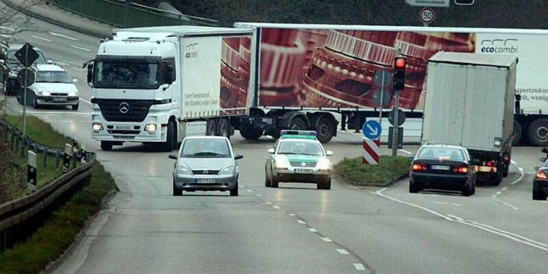 Riesen-Lkw - Foto: Die großen Gespanne fahren auf bestimmtenAutobahn-Strecken, die Lastwagenbauer fordern aber eine Ausweitung des Streckennetzes. Umweltschützer sehen die Fahrzeuge hingegen kritisch. Foto:Allianz pro Schiene/ACV Automobil-Club Verkehr/dpa