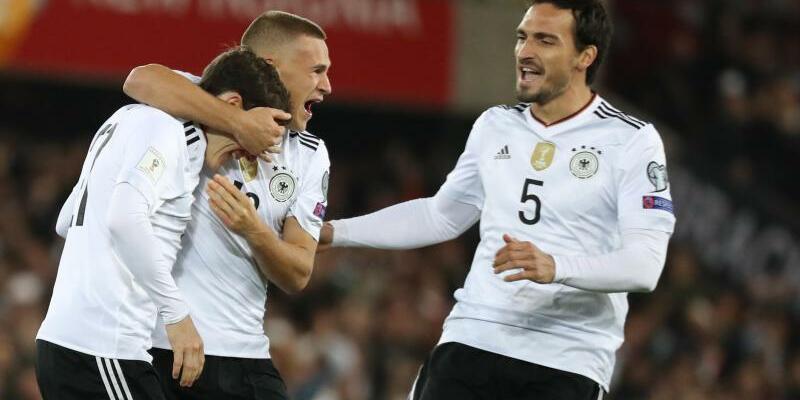 Auswärtserfolg - Foto: Die DFB-Elf um Sebastian Rudy, Joshua Kimmich und Mats Hummels (l-r) gewann auch ihr neuntes Spiel in der WM-Qualifikation. Foto: