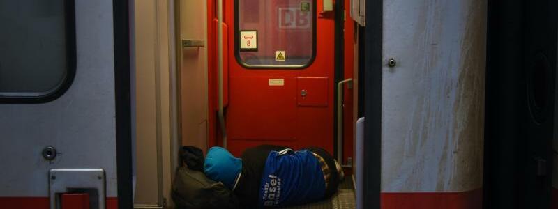 Hotelzug in Berlin - Foto: Ein Fahrgast schläft in einem von der Bahn zur Übernachtung bereitgestellten «Hotelzug» am Hauptbahnhof in Berlin. Foto:Gregor Fischer