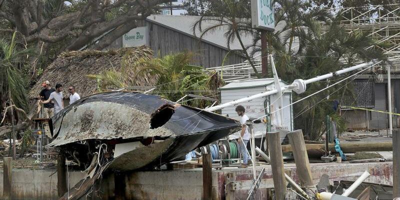 Miami - Foto: Das Wrack eines Segelbootes liegt nach dem Durchzug des Hurrikans Irma am 11.09.2017 in Miami. Foto:Mike Stocker