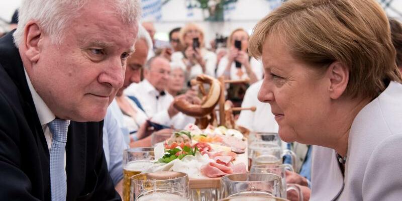 Merkel und Seehofer im Festzelt - Foto: Sven Hoppe/Archiv
