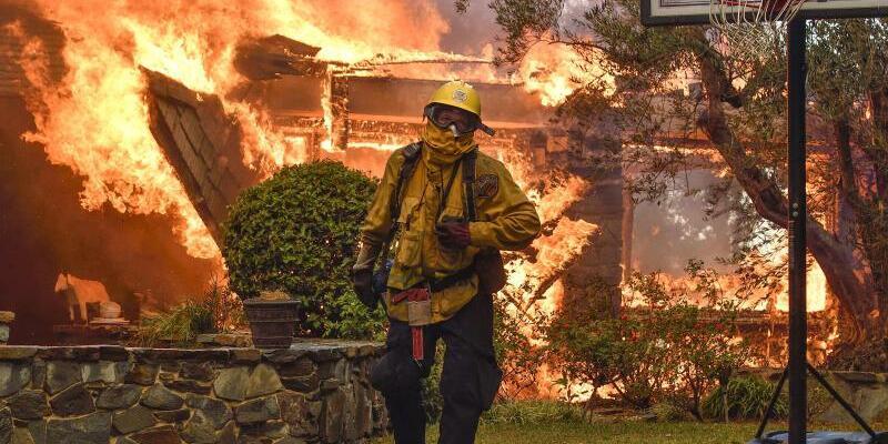 Anaheim - Foto: Nach ersten Schätzungen sollen 1500 Gebäude abgebrannt sein. Foto:Jeff Gritchen