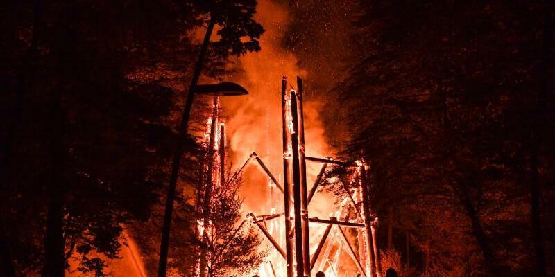 Frankfurter Goetheturm abgebrannt - Foto: Der rund 40 Meter hohe Aussichtsturm am Rande des Stadtwalds bestand vollständig aus Holz. Foto:Arne Dedert