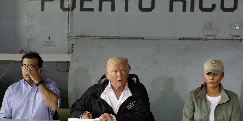 Trump in Puerto Rico - Foto: Besuch auf der verwüsteten Insel:Donald Trump, First Lady Melania Trump und der Gouverneur von PuertoRico, Ricardo Rossello, im Gespräch. Foto:Evan Vucci