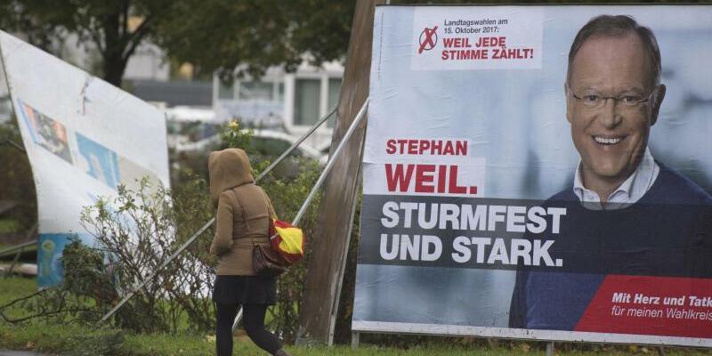 «Sturmfest und stark» - Foto: Niedersachsens Ministerpräsident Stephan Weil (SPD) ist tatsächlich «sturmfest und stark», während die politische Konkurrenz von Sturmböen umgeweht wurde. Foto:Linus Kempa