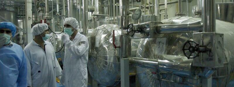 Uranumwandlung in Isfahan - Foto: Techniker der Internationalen Atomenergiebehörde IAEOinspizieren eine Uranumwandlungsanlage in Isfahan. Foto:Abedin Taherkenareh/Archiv