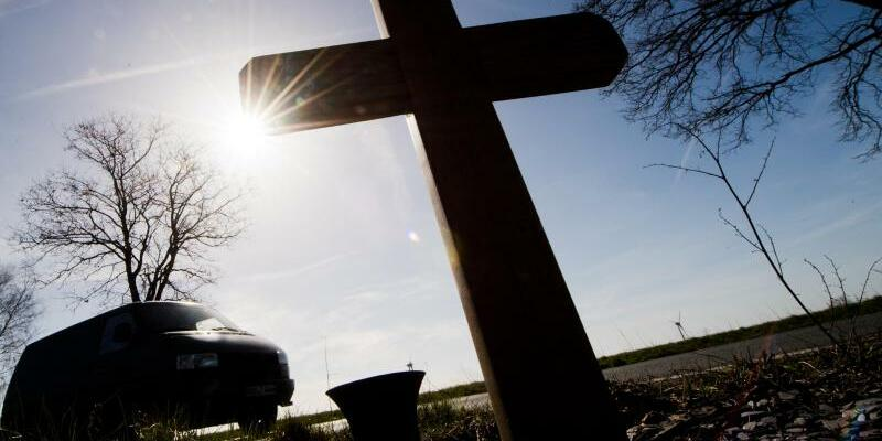 Kreuz am Straßenrand - Foto: Julian Stratenschulte