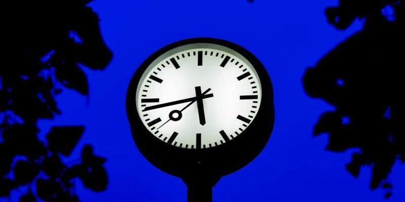 Zeitumstellung - Foto: Eine Uhr steht zur blauen Stunde in Düsseldorf. In der Nacht von Samstag auf Sonntag werden die Uhren um eine Stunde zurückgestellt. Foto:Lisa Ducret