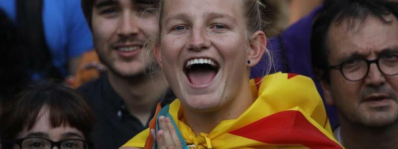 Jubel in Barcelona - Foto: Demonstranten jubeln in Barcelona vor dem katalanischen Parlament. Foto:Emilio Morenatti