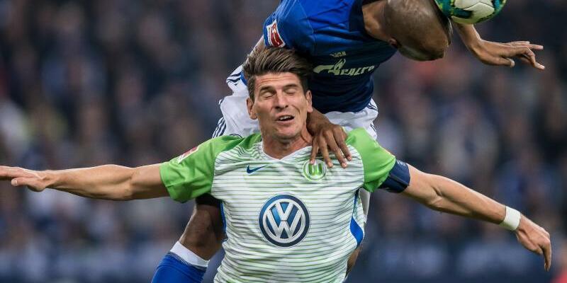 FC Schalke 04 - VfL Wolfsburg - Foto: Schalkes Naldo (r) gewinnt das Duell um den Ball gegen Wolfsburgs Mario Gomez. Foto:Guido Kirchner