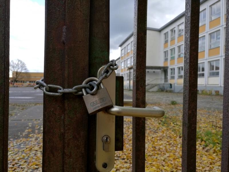 Abgeschlossenes Schultor - Foto: über dts Nachrichtenagentur