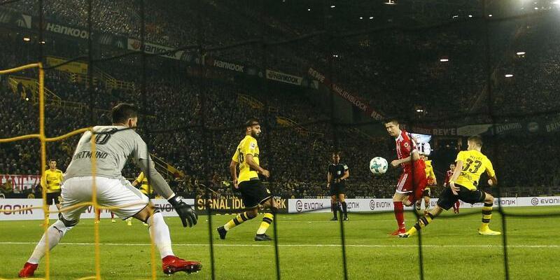 Borussia Dortmund - Bayern München - Foto: Robert Lewandowski (2.v.r.) erzielt das 2:0 gegen Dortmund. Foto:Ina Fassbender