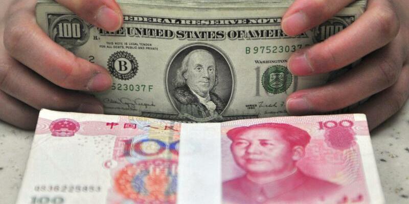 Yuan und Dollar - Foto: Yuan und Dollar:Donald Trump hatte zuletzt seinen Vorwurf fallen gelassen, wonach Peking die heimische Währung künstlich schwach halte. Foto:Mark